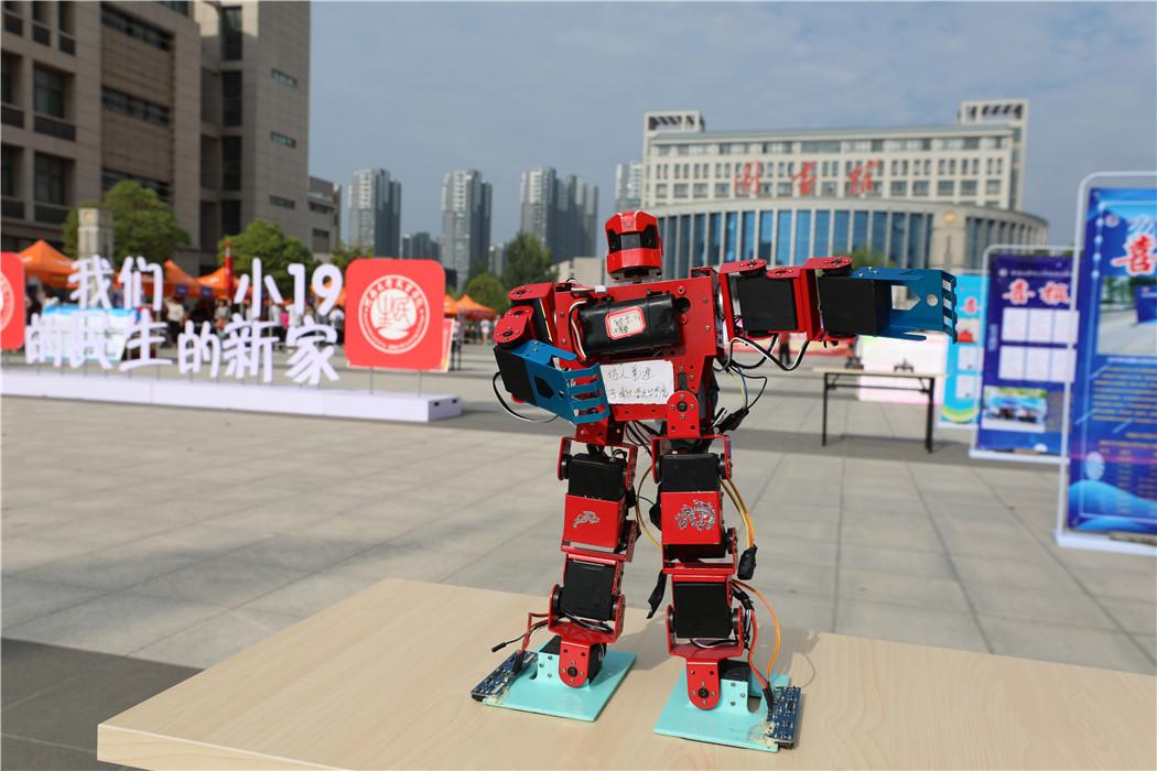 迎新队伍中的明星——仿生竞速机器人