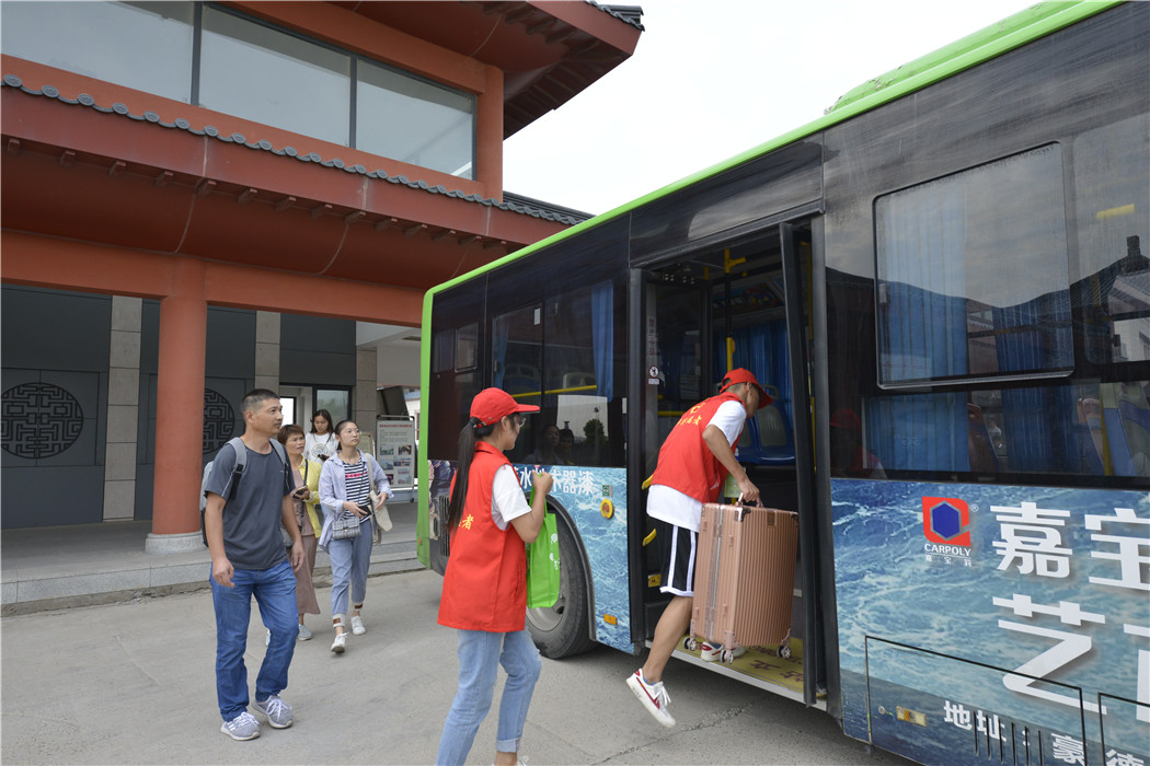 志愿者在车站迎接新生及家长 (1)