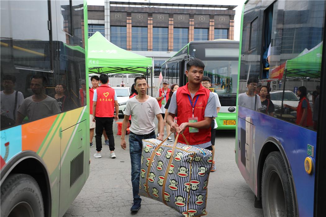 志愿者在车站迎接新生及家长 (2)