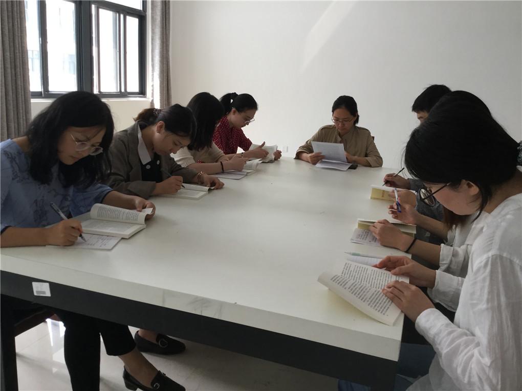 新闻教研室全体党员开展学习讨论