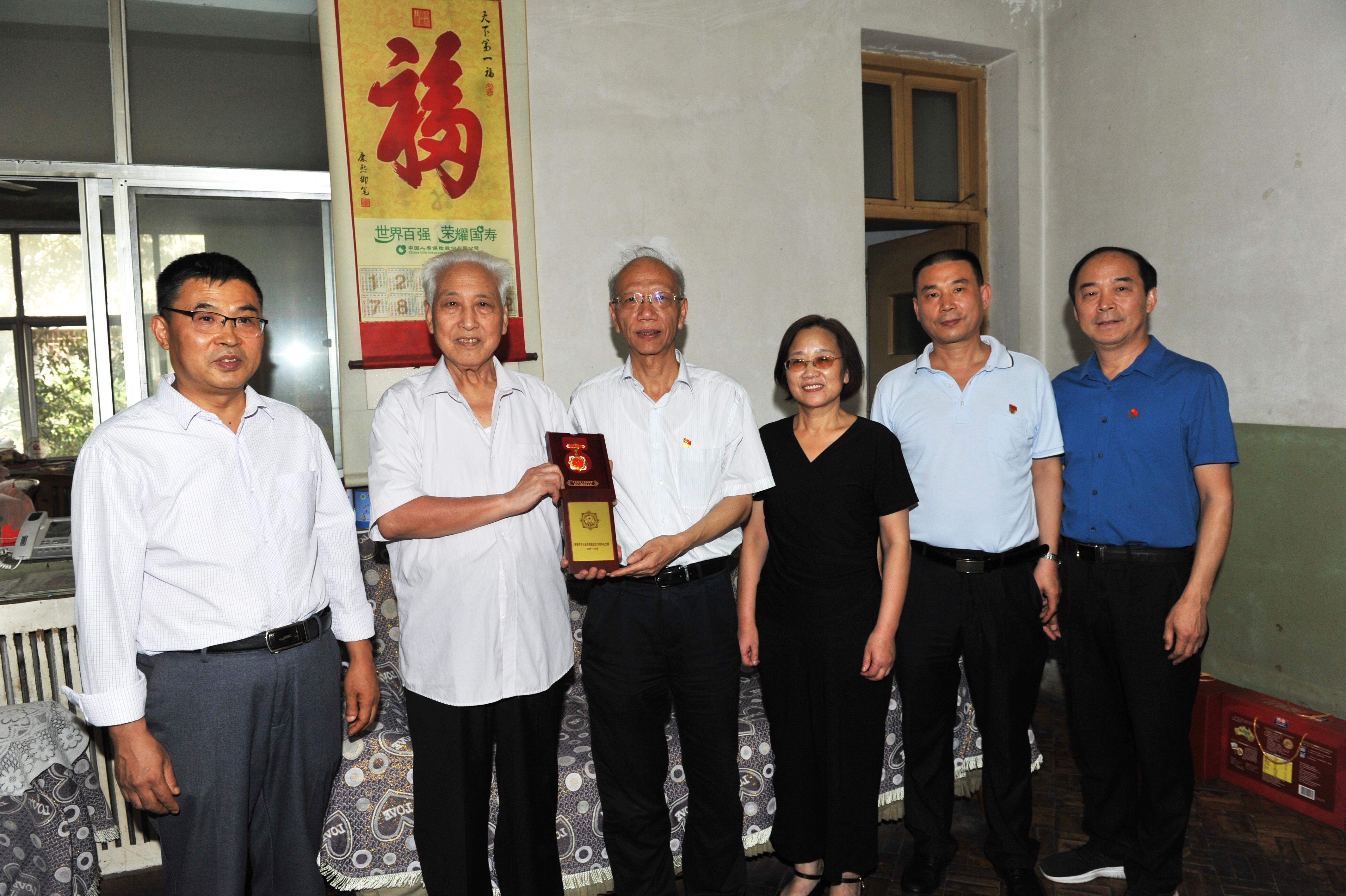 省委党史研究室开展走访慰问老干部、老党员活动