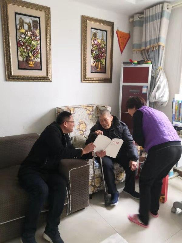 开封市祥符区委党史研究室向抗战老兵赠送书籍
