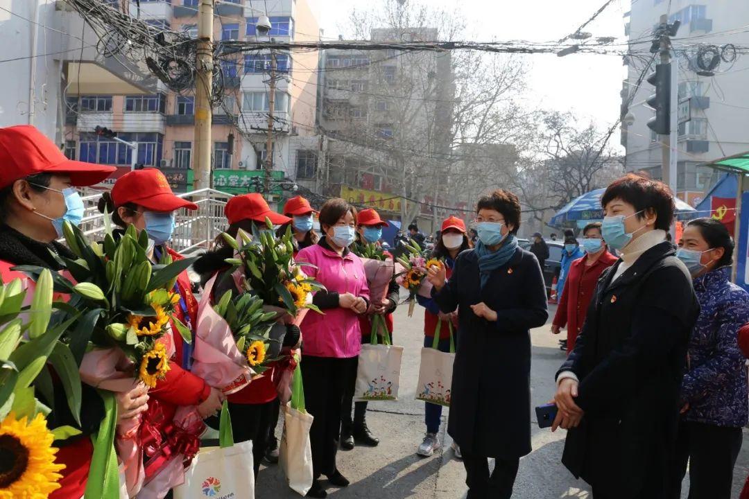 河南省妇联主席郜秀菊到郑州市看望慰问疫情一线女性防控人员