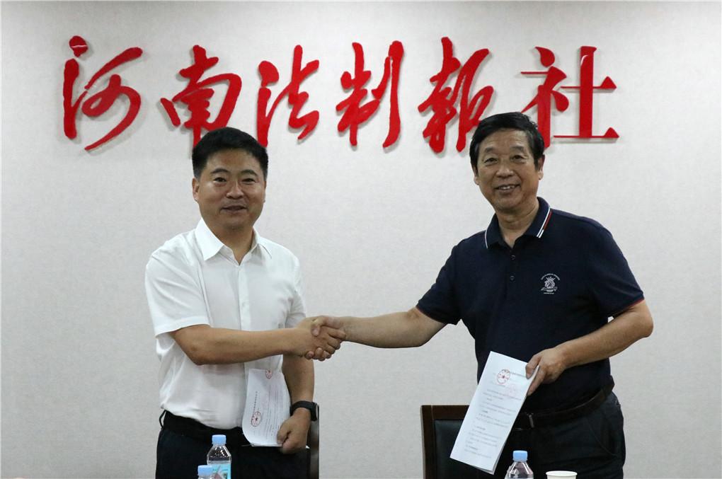 传媒学院院长邵川与河南法制报总编李东红签订校外实践教育基地协议