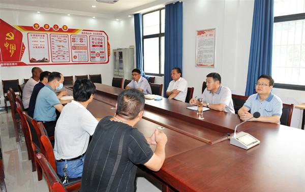 省委党史研究室副主任、机关党委书记路海江到太康县后席村调研定点扶贫工作