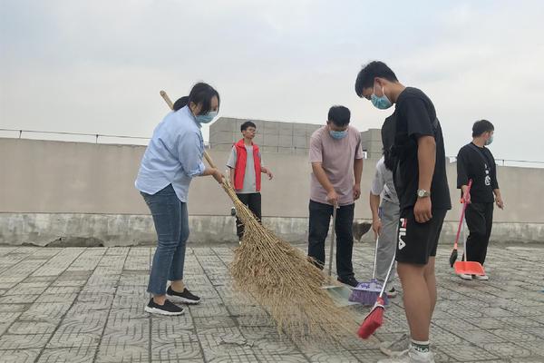 商学院师生开展清扫楼顶活动2 (1)_副本