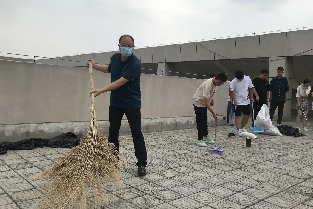 商学院师生开展清扫楼顶活动2 (2)_副本