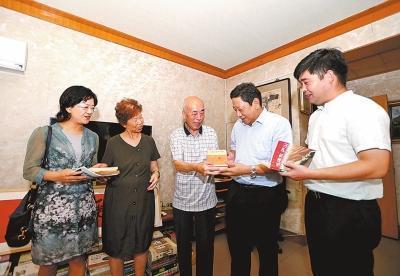 邓质钢老师捐书3000册新闻用图
