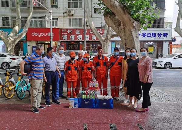 省委党史研究室秘书处党支部开展慰问环卫工人夏季送清凉活动