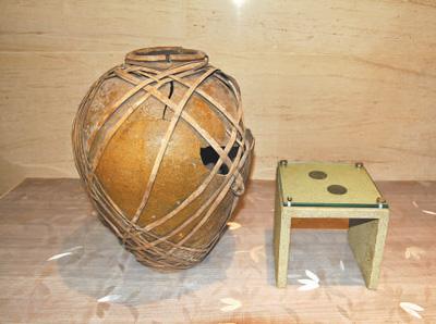 【奋斗百年路 启航新征程】一个陶坛与两枚铜钱(党史撷英)