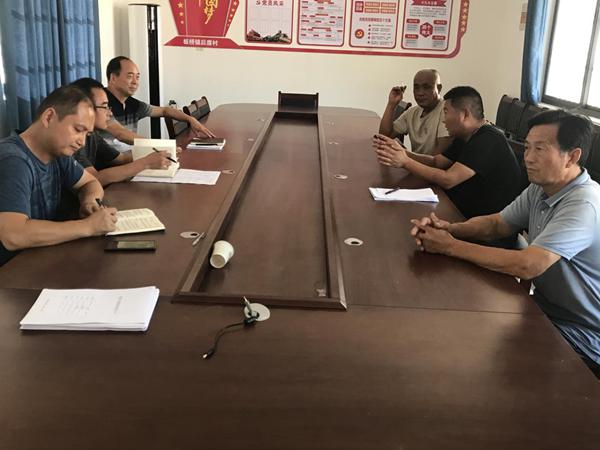 省委党史研究室驻村工作队督导群众建房安全