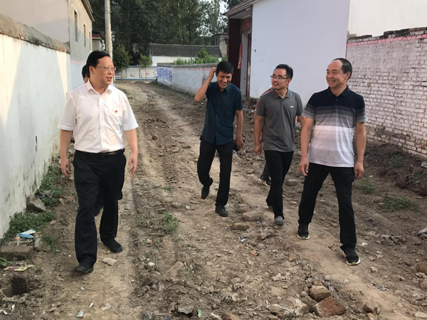太康县委常委、常务副县长耿党恩到后席村调研脱贫攻坚工作