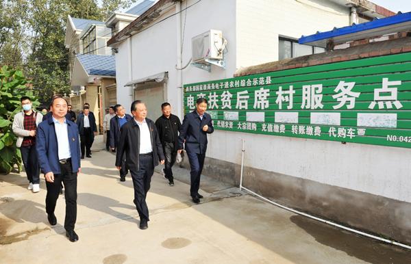 省委党史研究室主任路海江深入太康县后席村开展扶贫日活动