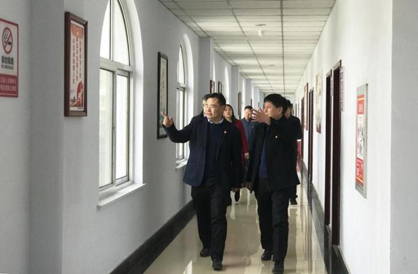鹤壁市委常委、市委秘书长王泽华到市委党史研究室走访慰问