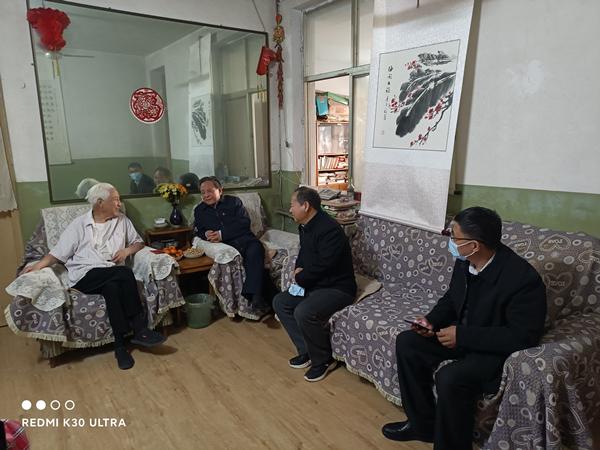 省委党史研究室领导走访慰问离退休老干部老党员和退役军人