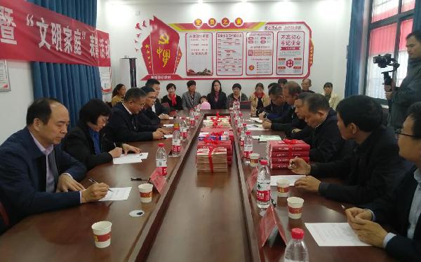 省委党史研究室到后席村开展国家扶贫日活动